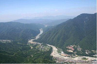 急峻な山を曲がりくねり流れる木曽川(南木曽町)
