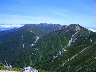 空木(うつぎ)岳を南駒ヶ岳から望む