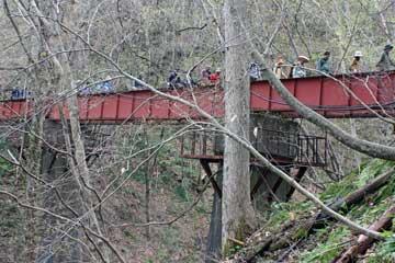 「松前線跡」の鉄橋を渡る様子
