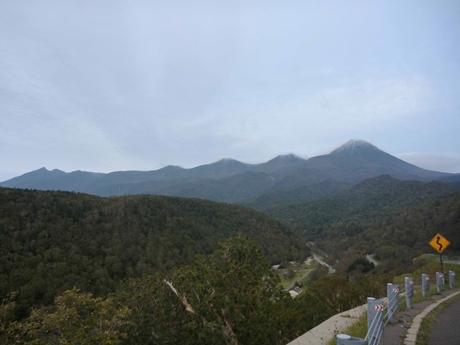 右から、羅臼岳、三ツ峰、サシルイ岳、オッカバケ岳、南岳、知円別岳、硫黄山