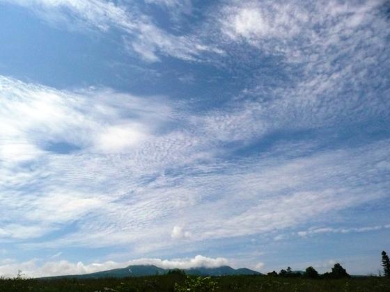 山麓のビュ-ポイントより大きく広がる夏雲の空が暑寒山麓を包んでいました