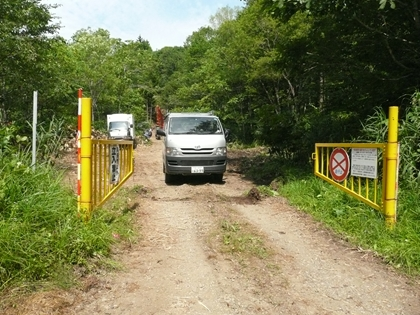 ポンルルモッペ林道では間伐(間引き)作業が行われており、作業支障をきたさないようにゲ-ト入口で引き返しました