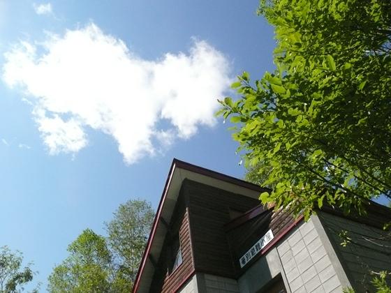 箸別小屋上空に白い雲