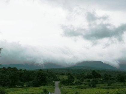 定点地点より見た本日の暑寒別岳は、山東風が吹き熱い雨雲に覆われていました
