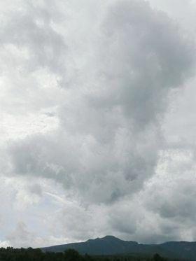 定点ポイントから大きな雲と暑寒別岳