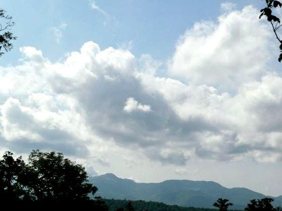 舎熊岳林道から、入道雲と暑寒別岳