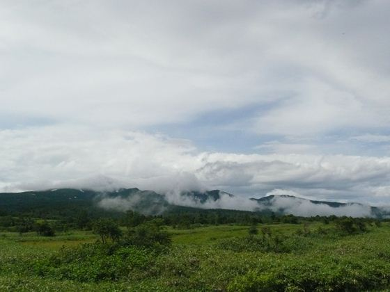 暑寒別岳は、雨雲と青空が交差する不安定な天候のなか、幻想的な姿を見せていました