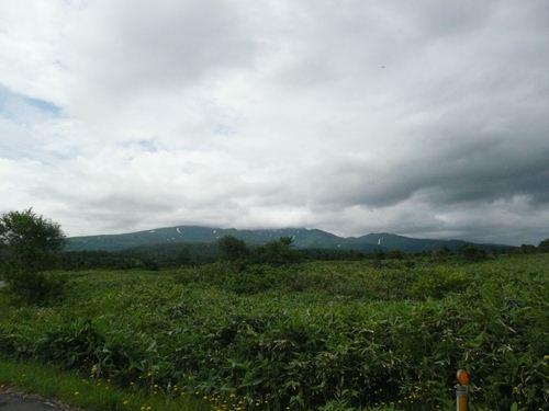 暑寒別岳を押しつぶしそうな重たく黒い雲が立ち込めています