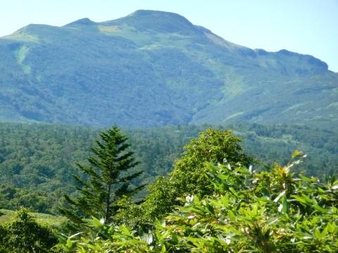秋晴れの中、山ひだまでもくっきりと見せて秋の気配を漂わせている、暑寒別岳の山頂付近。