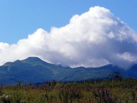 今日の暑寒別岳は、秋らしい高く澄んだ青空に浮かぶ白い雲と一緒に鮮明に見えていました。