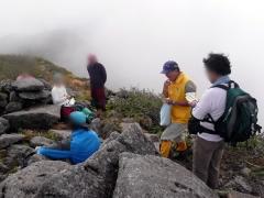 山頂ではガス雲と寒風ではありましたが、皆さんにこやかに暑寒別岳を堪能されていました。