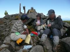 山頂にて、お休みの方々へ暑寒別岳の情報やパンフレット等を渡し安全とマナーを呼びかけました。1
