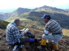 山頂にて、お休みの方々へ暑寒別岳の情報やパンフレット等を渡し安全とマナーを呼びかけました。2