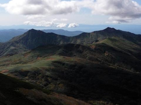 山頂は雲が多数流れてきましたが、遠く積丹半島も遠望でき登山客に魅せてくれました。