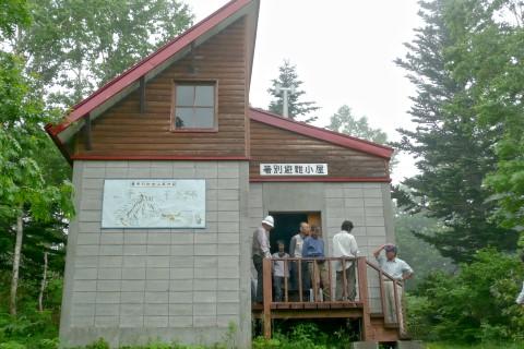 箸別避難小屋にて、明日登山される6名の方々に登山ルートの状況や安全登山に対して声をかけ、マナーガイドなどを渡しました。