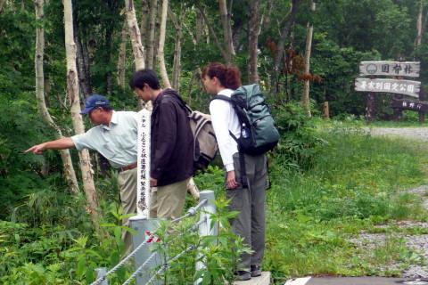 登山者に箸別小屋脇の水場を案内し、ルート情報を提供しました。