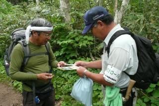 1合目であった登山者に、パンフレットなどを渡してルート情報を伝えました。