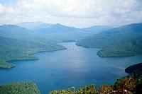 白雲山山頂から見る然別湖の写真