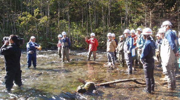 河川の特性について説明を受ける参加者
