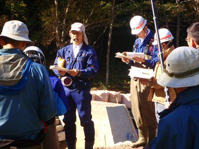 魚道について説明する安田教授