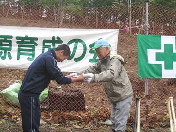 アオダモ資源育成の会から静内高校野球部に記念品の贈呈(ノックバット)