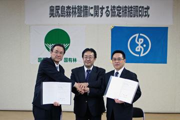 握手を交わす白淵署長(左)、山崎振興局長(中)、新村町長(右)