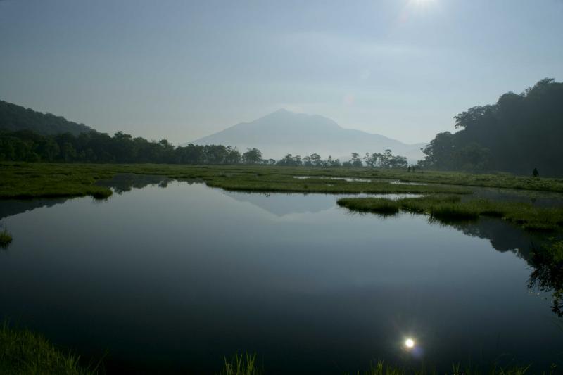 池塘の向こうに燧ヶ岳
