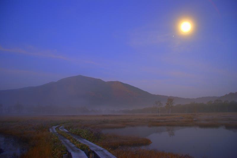 月の光に照らされる燧ヶ岳と池塘