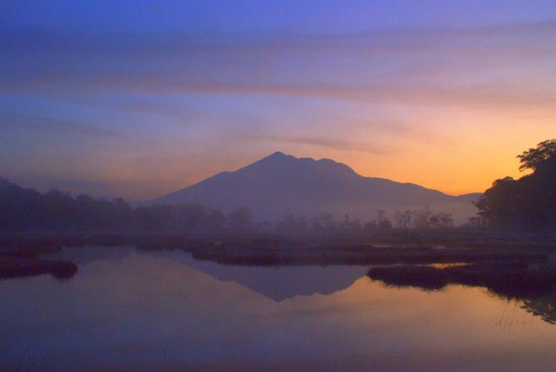 朝日に輝く燧ヶ岳