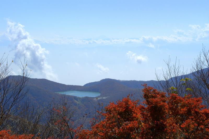黒檜山頂から小沼を望む 上部に富士山