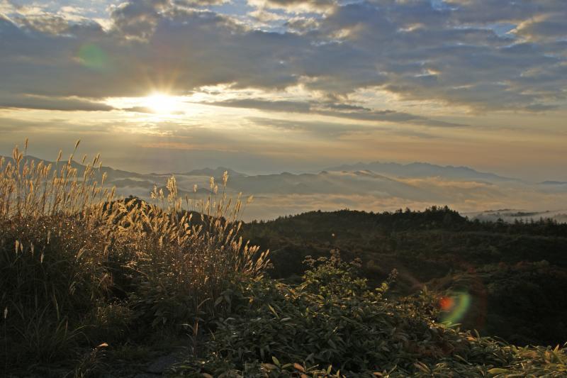 白根山から望む山々・朝景-2