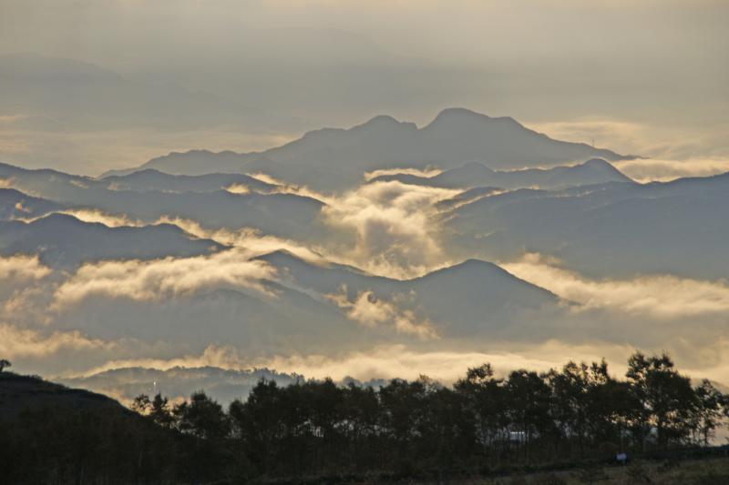 白根山から望む山々・朝景-3