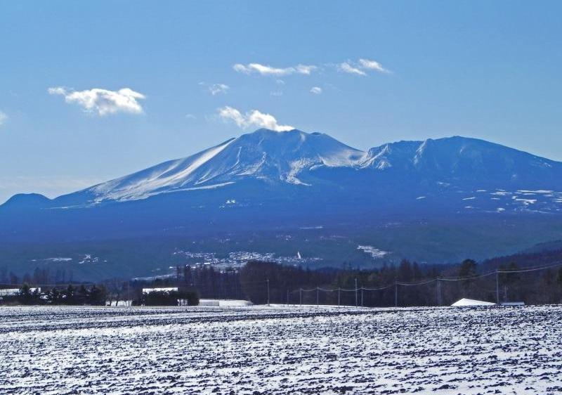 早朝に青く輝く浅間山