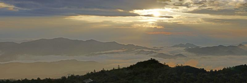白根山から望む山々・朝景