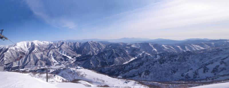 苗場スキー場筍山(タケノコヤマ)から群馬県境を望む。