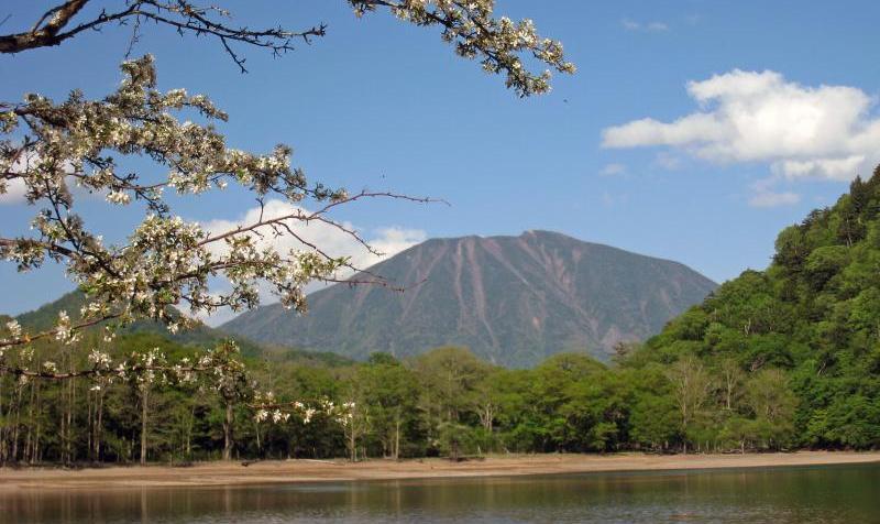 西ノ湖と男体山