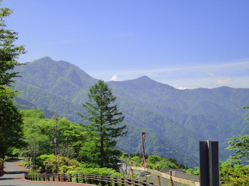 三峰神社から望む雲取山