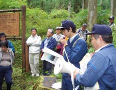 国有林現地見学会で説明をする森林官