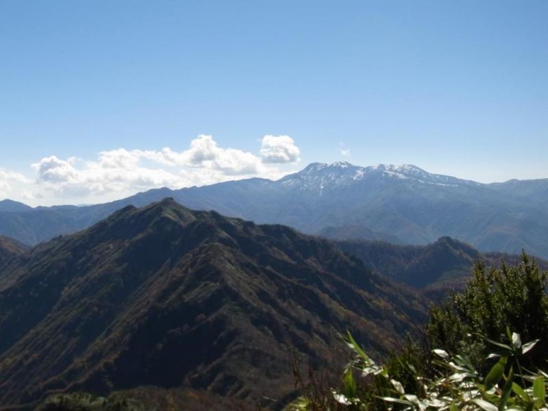 初冠雪の白山(手前は笈ヶ岳)