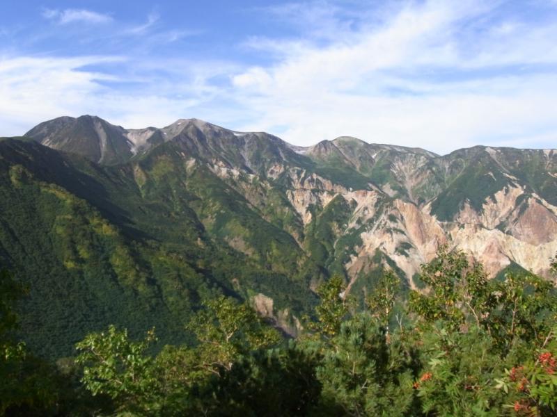 白山の尾根(左から御前峰、剣ヶ峰、大汝峰、七倉山)