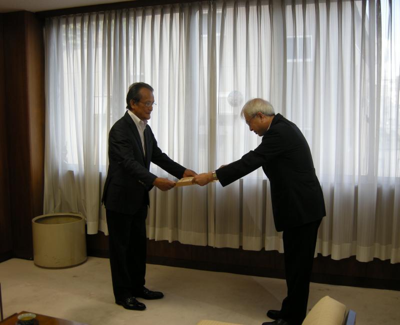 大臣感謝状授与の様子(写真左:中村会長、右:馬場局長)