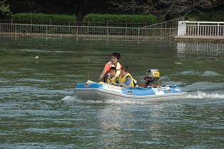 キッズボート体験。風をきって水辺を走ろう