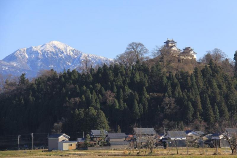 大野城のバックにそびえる荒島岳~冬~