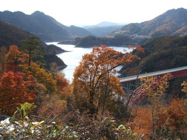 榎平山から望む滝山国有林と龍姫湖(安芸太田町)