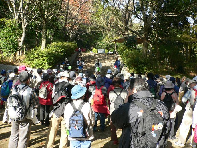 シンボル広場に集合した参加者:宝塚自然休養林