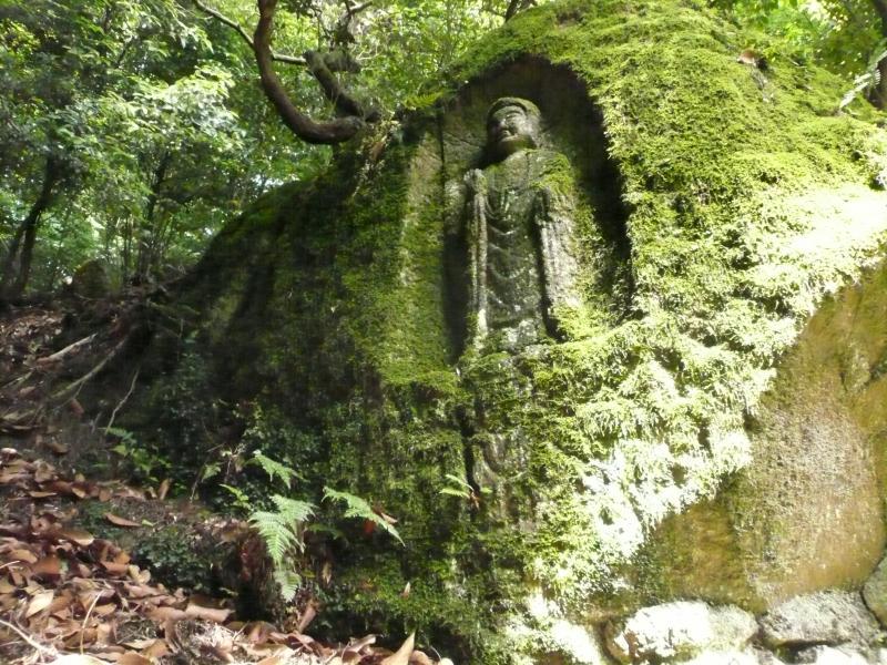9.人知れずたたずむ石窟仏