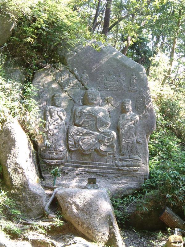金勝山国有林内の狛坂磨崖仏