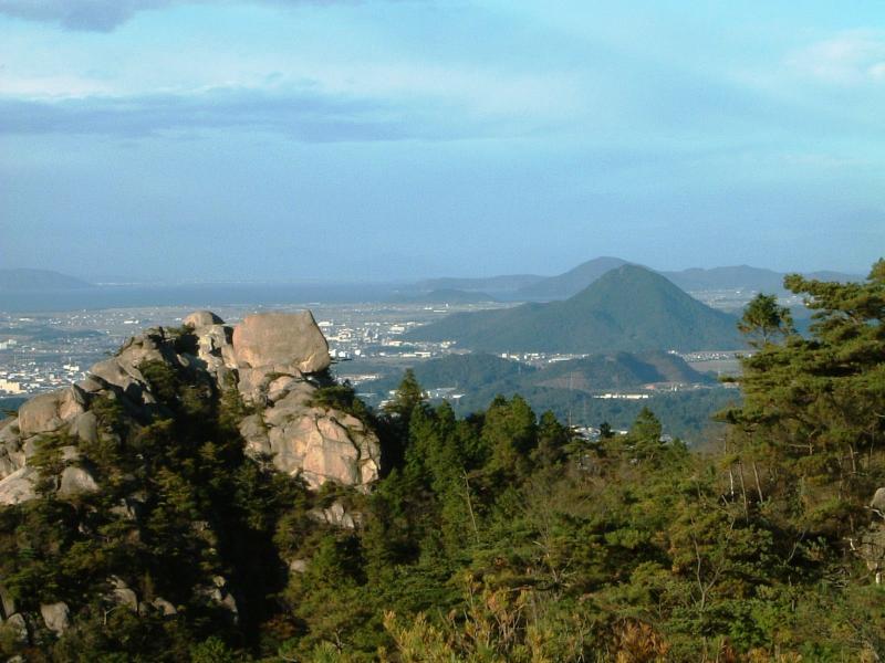 一丈野国有林内の天狗岩と近江富士、琵琶湖の眺望