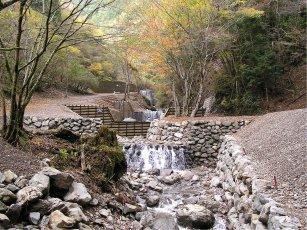自然景観に配慮した練積ダムと木製ダム