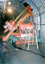 トンネル内での建上げボーリング